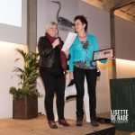 Corine Verweij ontvangt Toontje Sprenger Pluim uit handen van Hannie Visser-Kieboom